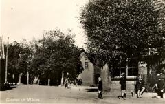 Dorpsweg in 1935. Rechts de bakkerij.