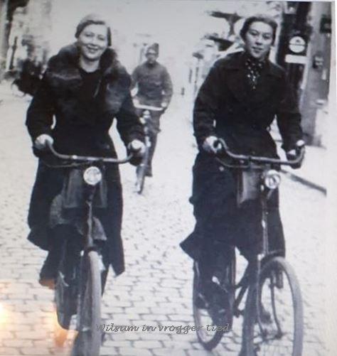 Links-op-de-fiets-Hilligje-Nieuwbroek-Mart-zijn-moeder-en-rechts-Dirkje-Visscher-een-zuster-van-Mart-zijn-Vader-Harm-Visscher-Oude-straat-Kampen