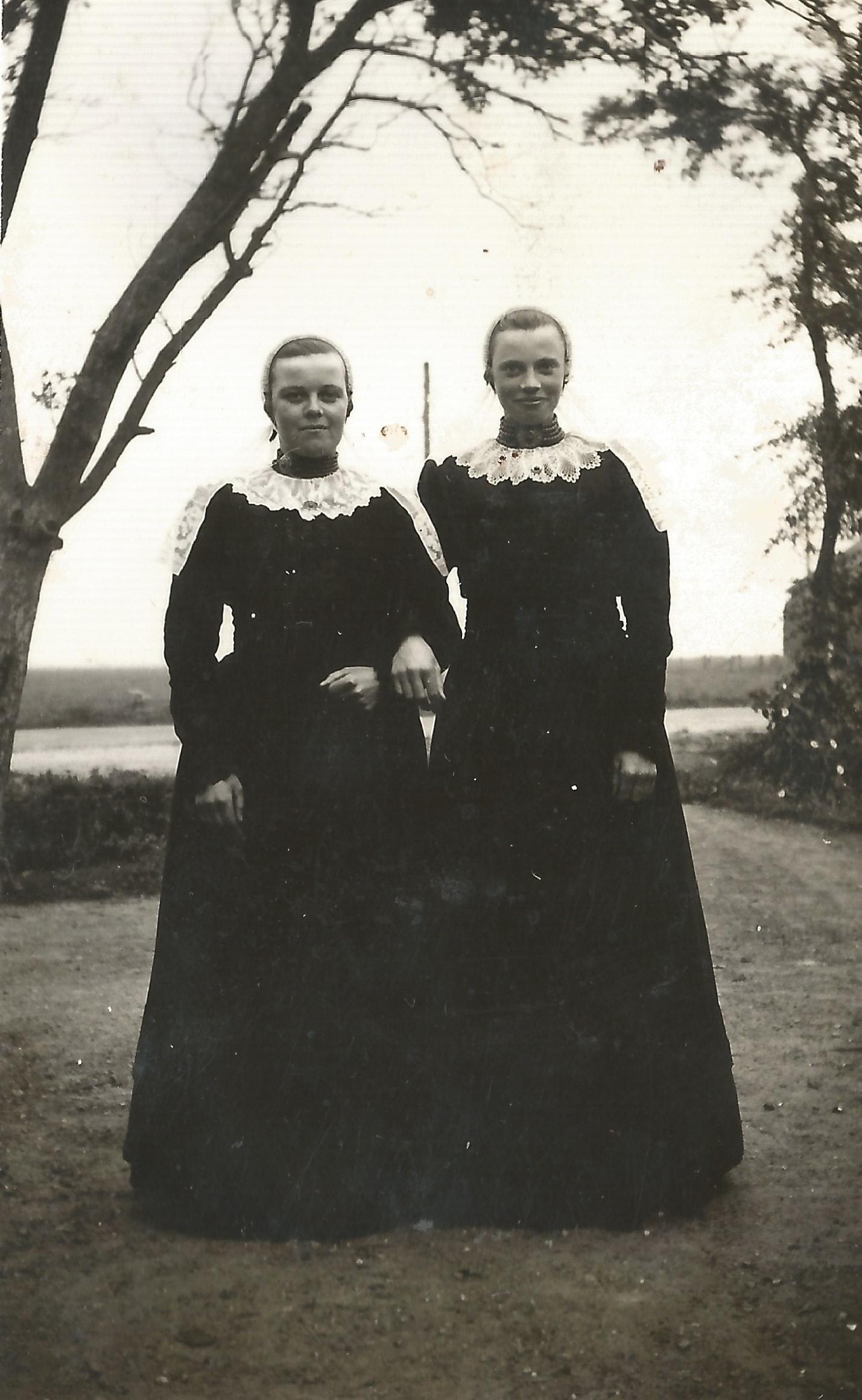 Mina de Groot en Mina van Heerde in 1939.
