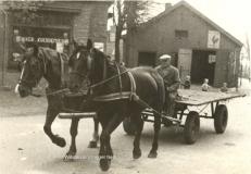 Lammert-Jan-Hekhuizen met paard en wagen bij de bakker
